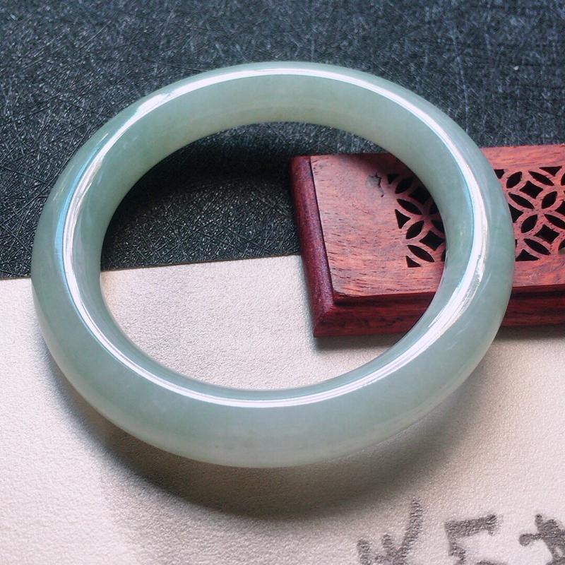 缅甸翡翠55圈口圆条手镯,自然光实拍,颜色漂亮,玉质莹润,佩戴佳品,尺寸:55.9*10.9*10.