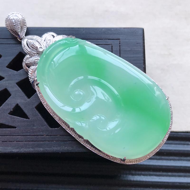 天然翡翠A货18K金镶嵌伴钻细糯种飘绿精美如意吊坠,含金尺寸52.7-24.5