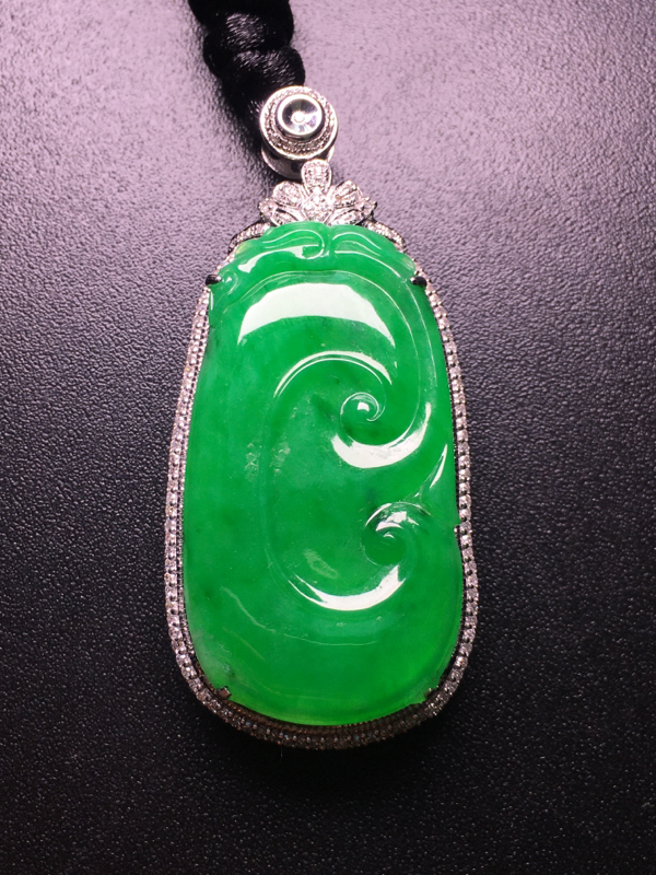 翡翠A货,阳绿如意吊坠,18k金伴钻镶嵌,完美,种水超好,性价比高。