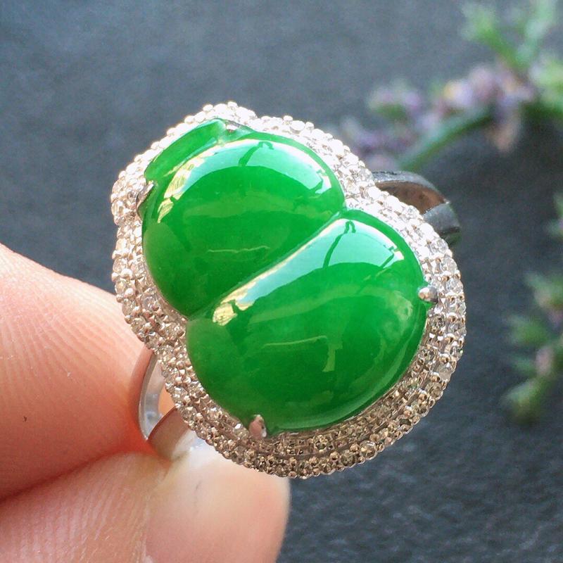 精品翡翠18K镶嵌伴钻葫芦戒指,雕工精美,玉质莹润,尺寸:内径:16.8MM,裸石尺寸:14.3*1