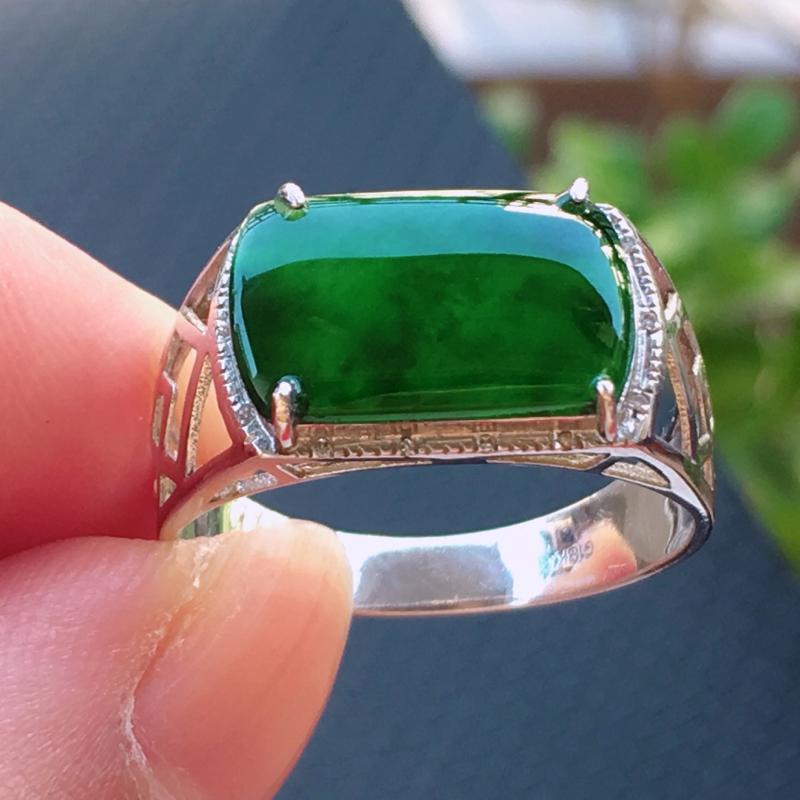 翡翠a货,18K金伴钻冰糯种满绿飘花精美翡翠马鞍面戒指,玉质细腻,底色漂亮,上身高贵,尺寸裸石13.