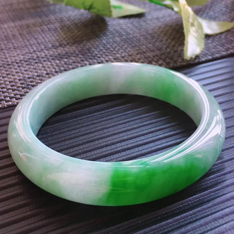 天然翡翠A货,规格57.5/13/8.2,起光老坑种飘绿正圈手镯,颜色艳绿,上