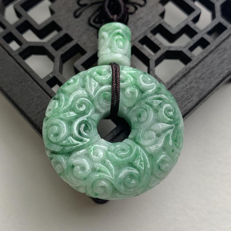 A货翡翠  老种飘绿复古雕花平安扣吊坠    尺寸32*9.4mm  水头好,玉质细腻,色泽艳丽