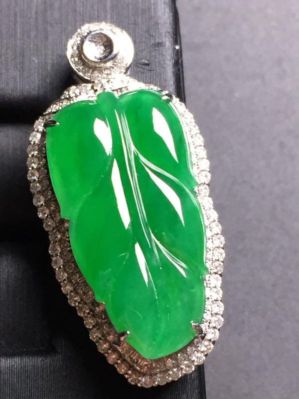 翡翠A货,阳绿玉叶吊坠,18k真金真钻镶嵌,完美,种水超好,玉质细腻。整体尺寸:34.9*16.6*