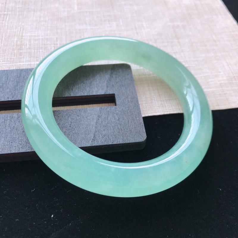圆条:55.7。天然翡翠A货。冰种湖水绿圆条手镯。冰润起光,佩戴高贵优雅。尺寸:55.7*11.6m