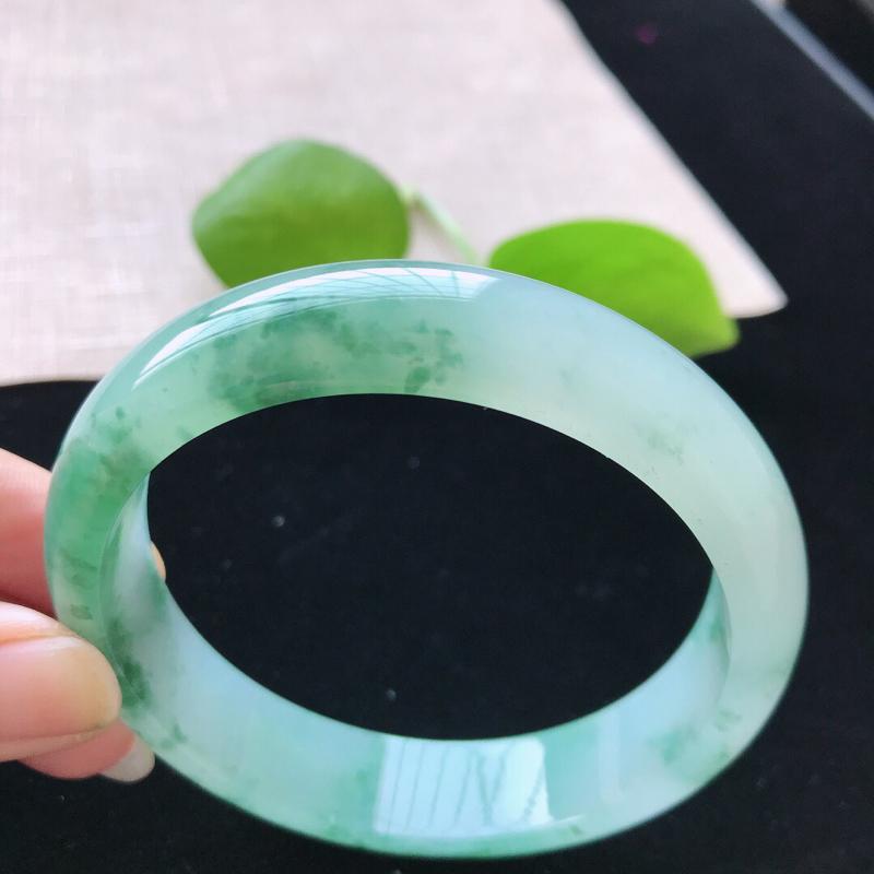 【正圈:58.5。天然翡翠A货。冰糯种飘绿花手镯。水润通透,佩戴高贵优雅。尺寸:58.5*14*7.5mm】图5