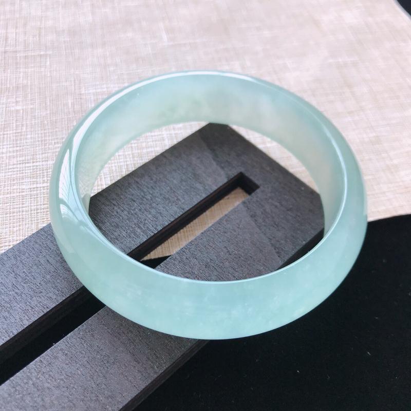 正圈:57.3。天然翡翠A货。冰种晴绿轮胎手镯。冰润起胶感,佩戴优雅大气。尺寸:57.3*16.5*
