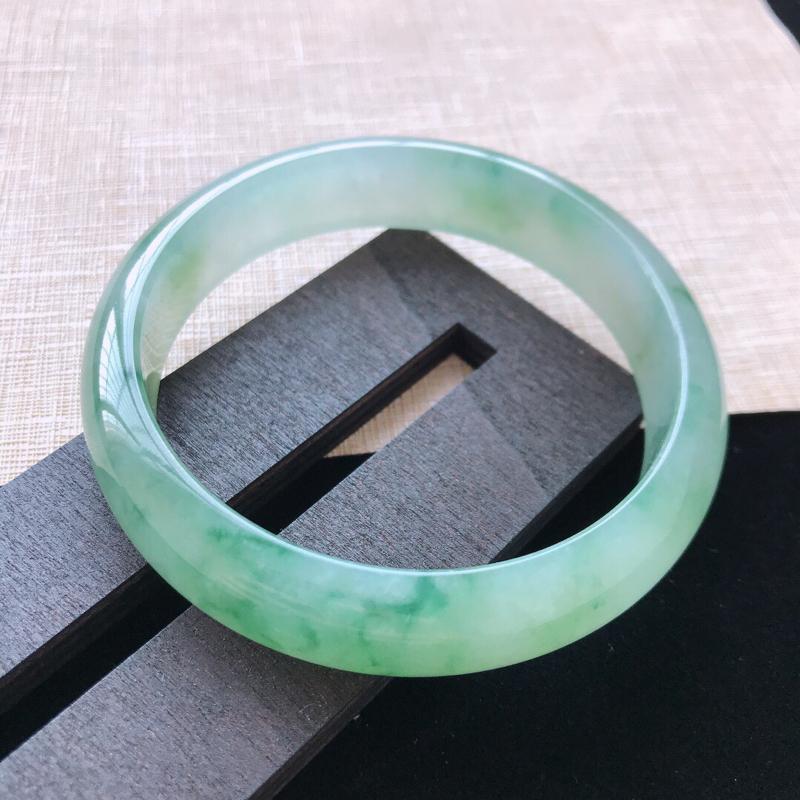正圈:59。天然翡翠A货。冰糯种飘绿手镯。玉质莹润,佩戴清秀优雅。尺寸:59*14*7mm