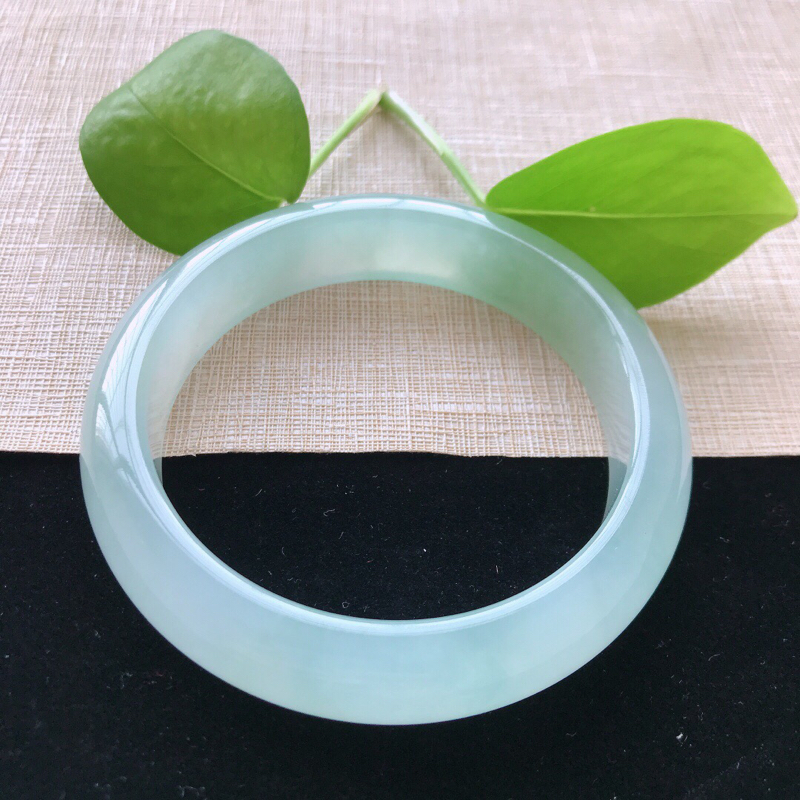 正圈:57.6。天然翡翠A货。冰糯种飘绿手镯。水润起胶感,佩戴高贵优雅。尺寸:57.6*14*8.5