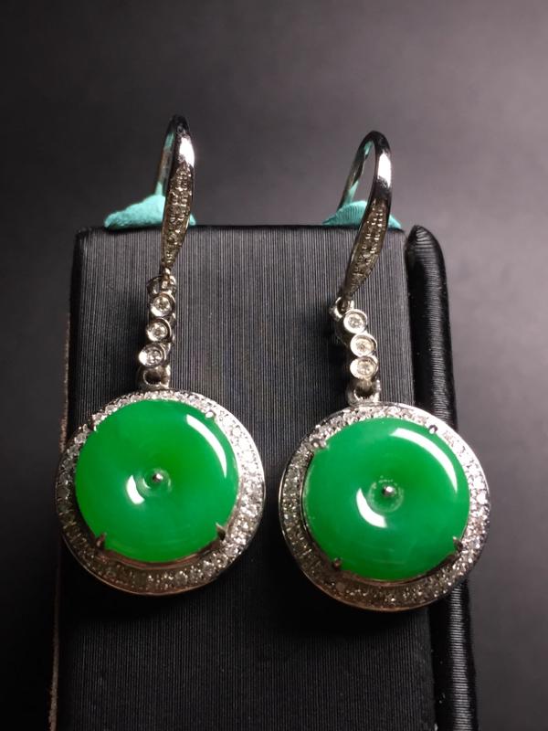 翡翠A货,阳绿平安扣耳坠,18k真金真钻镶嵌,完美,种水超好,玉质细腻。整体尺寸:30.8*13.5