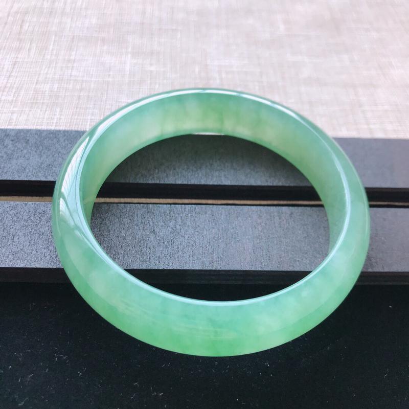 正圈:58.5。天然翡翠A货。冰糯种飘绿手镯。冰润通透,佩戴奢华优雅。尺寸:58.5*14.3*7.