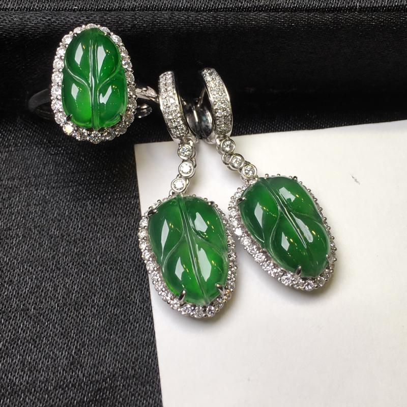 18K金钻石豪华镶嵌冰种阳绿金枝玉叶戒指和耳坠一套,实物完美,佩戴高雅大方,戒指祼石尺寸:13.8*
