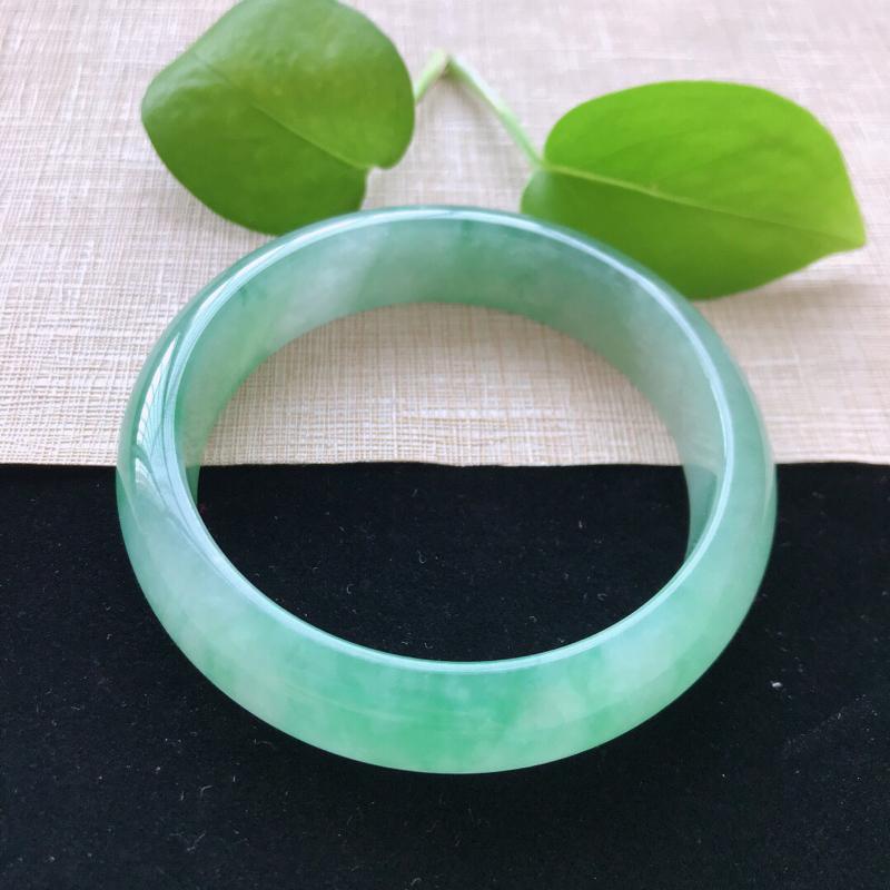 正圈:56.6。天然翡翠A货。糯化种飘绿手镯。玉质莹润,佩戴清秀优雅。尺寸:56.6*14.6*7.