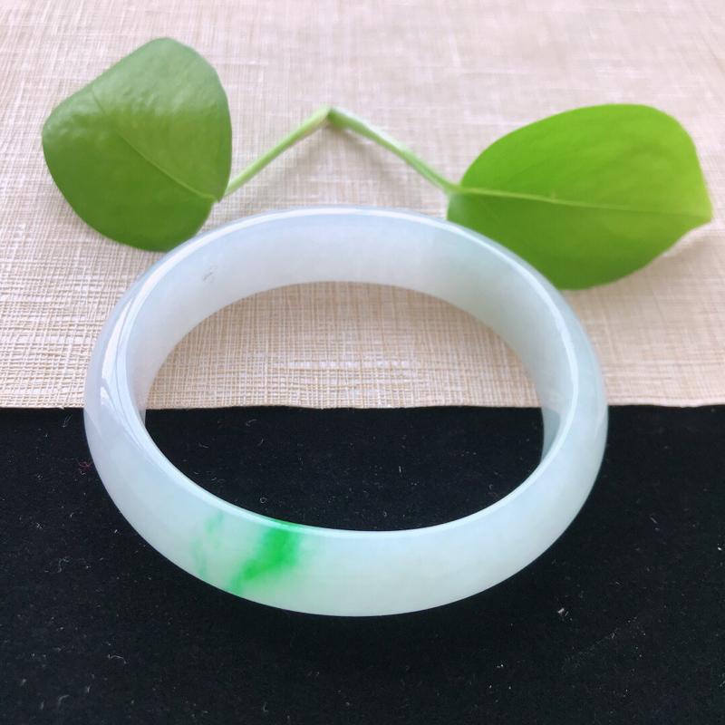贵妃:55.5。天然翡翠A货。糯化种飘阳绿手镯。色泽鲜艳,佩戴清秀优雅。尺寸:55.5*49.3*1
