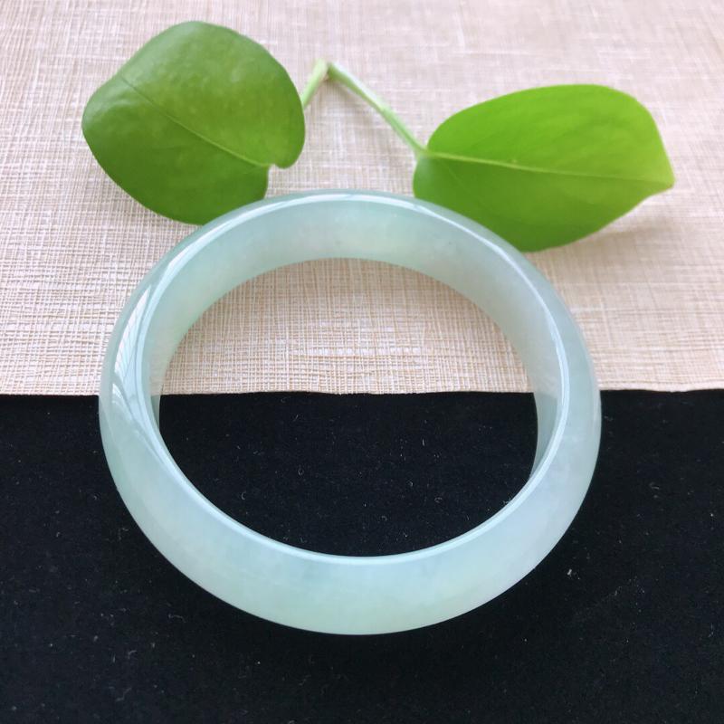 正圈:57。天然翡翠A货。冰糯种浅绿手镯。玉质莹润,佩戴清秀优雅。尺寸:57*13.3*7.3mm