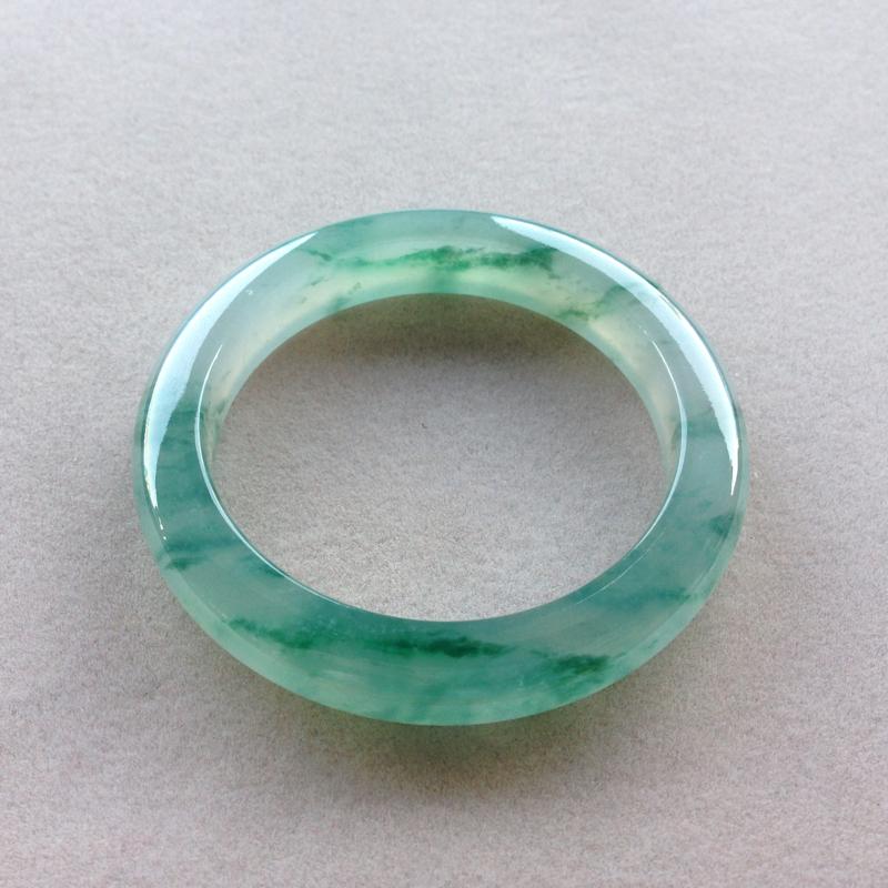 冰飘绿花平安镯,品质料,冰透水润,起胶感,荧光四溢,绿花青翠鲜美,弥漫整圈,版型漂亮,上手仙气飘飘!