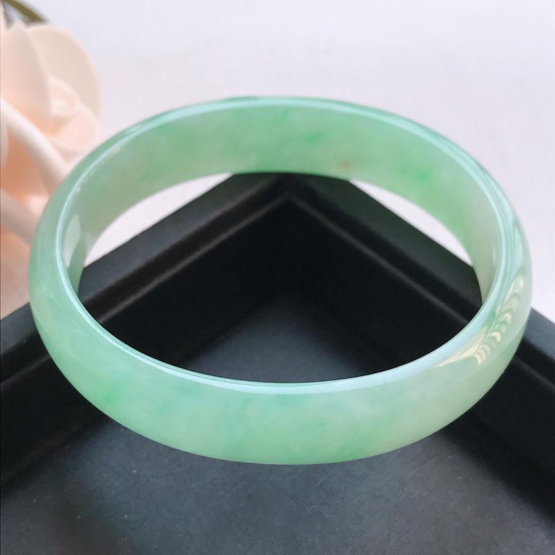 自然光拍摄 圈口54mm 糯种甜绿贵妃手镯C144 玉质细腻水润,条形大方,高贵优雅,端庄大气,正圈