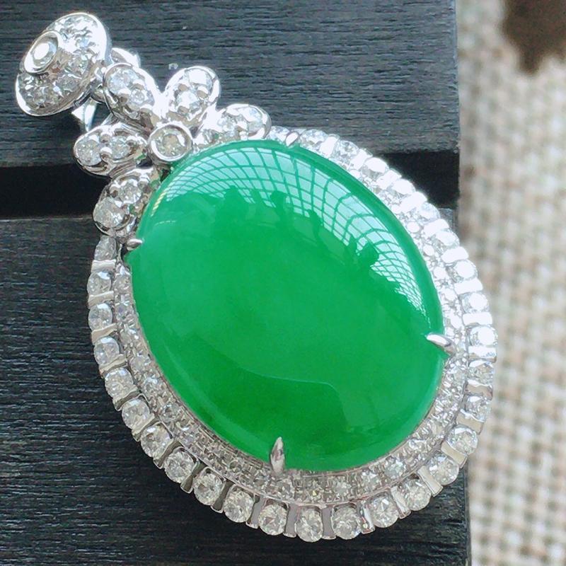 自然光实拍,缅甸a货翡翠,绿蛋面,18k金伴钻吊坠,品质佳,款式高档,整体尺寸:29*16.5*9.