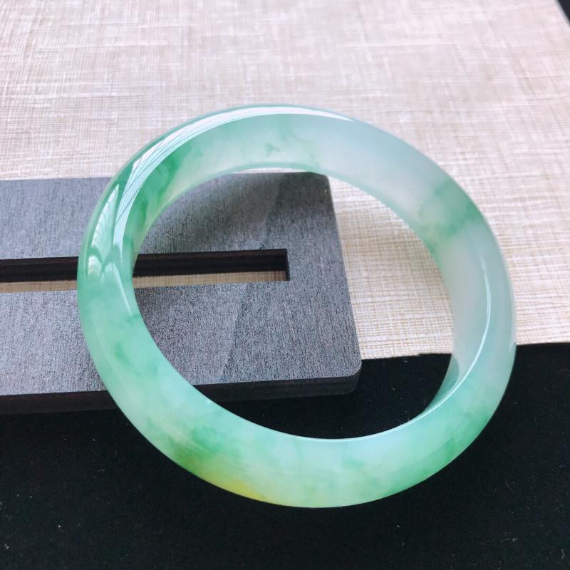 正圈:55.5。天然翡翠A货。冰糯种黄带绿手镯。冰润通透,佩戴奢华优雅。尺寸:55.5*13.5*8