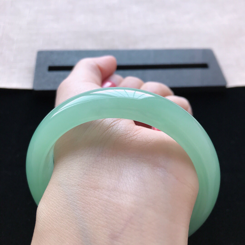 【正圈:58。天然翡翠A货。冰糯种满绿手镯。冰润起胶感,佩戴高贵优雅。尺寸:58*14.5*8.5mm】图9