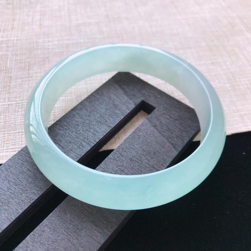 正圈:58.8。天然翡翠A货。冰糯种晴绿手镯。水润通透,佩戴清秀优雅。尺寸:58.8*13.8*7m