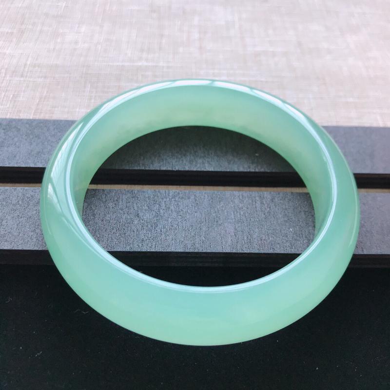 正圈:58。天然翡翠A货。冰糯种满绿手镯。冰润起胶感,佩戴高贵优雅。尺寸:58*14.5*8.5mm