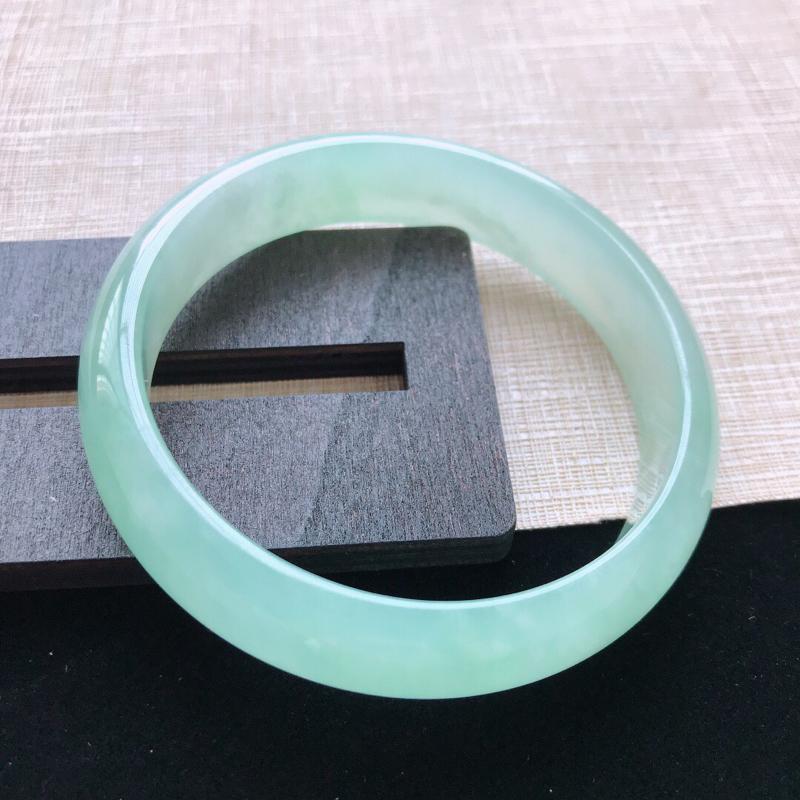 正圈:56。天然翡翠A货。冰糯种晴绿手镯。水润起胶感,佩戴高贵优雅。尺寸:56*13.2*6.3mm