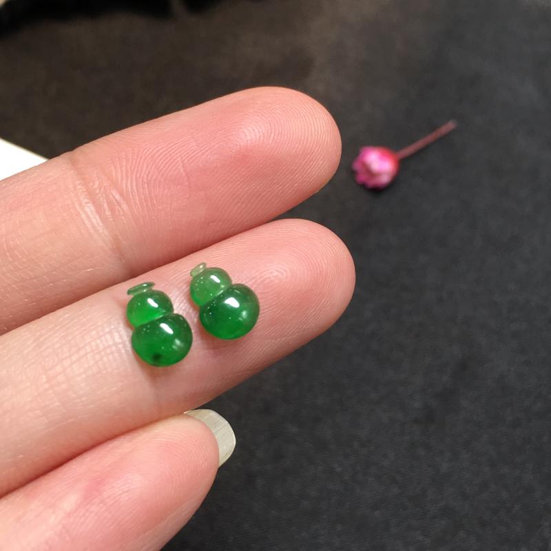 一对绿葫芦,聚财辟邪,完美,底庄细腻,镶嵌后效果更显档次,性价比高,推荐,尺寸7.3*5*2/7.3