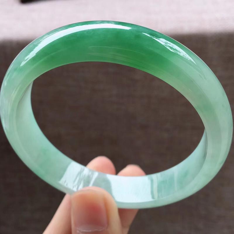细腻飘绿大圈口宽边正装63-64圈口手镯,完美无纹裂,尺寸63.5*14*7.8mm