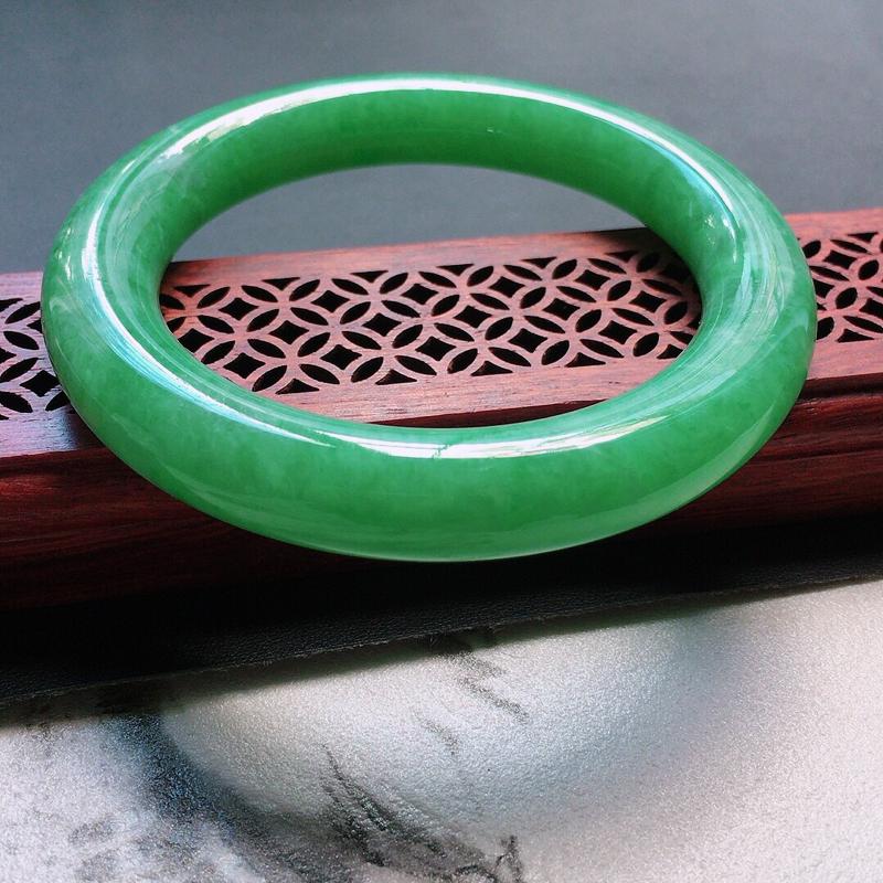 缅甸翡翠56圈口浅绿圆条手镯,自然光实拍,颜色漂亮,玉质莹润,佩戴佳品,尺寸:56.4*11.0*1