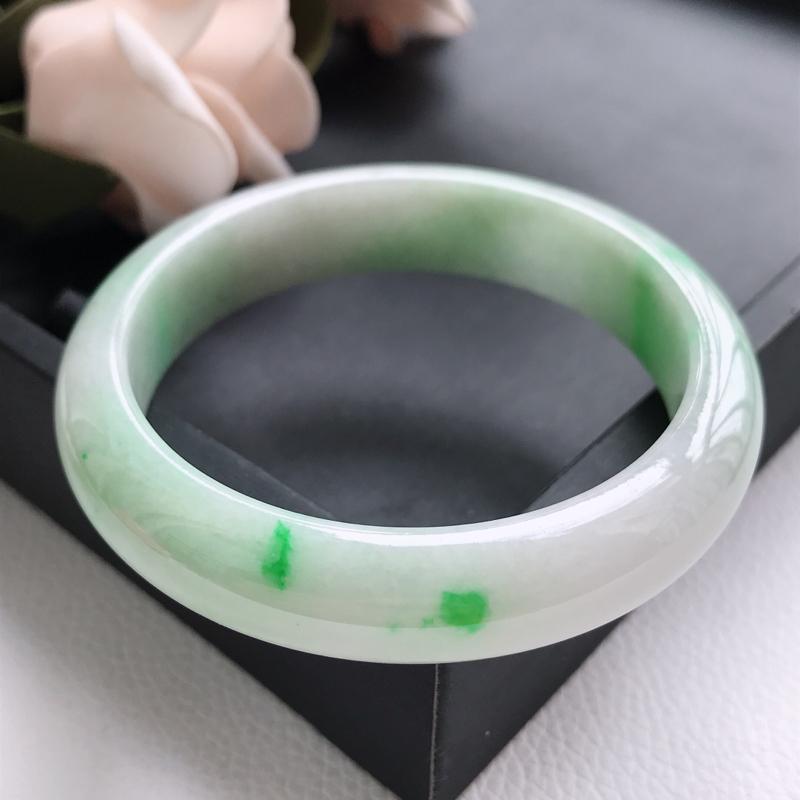 自然光拍摄 圈口57.3mm 糯种飘阳绿正圈手镯C123 玉质细腻水润,条形大方,高贵优雅,端庄大气