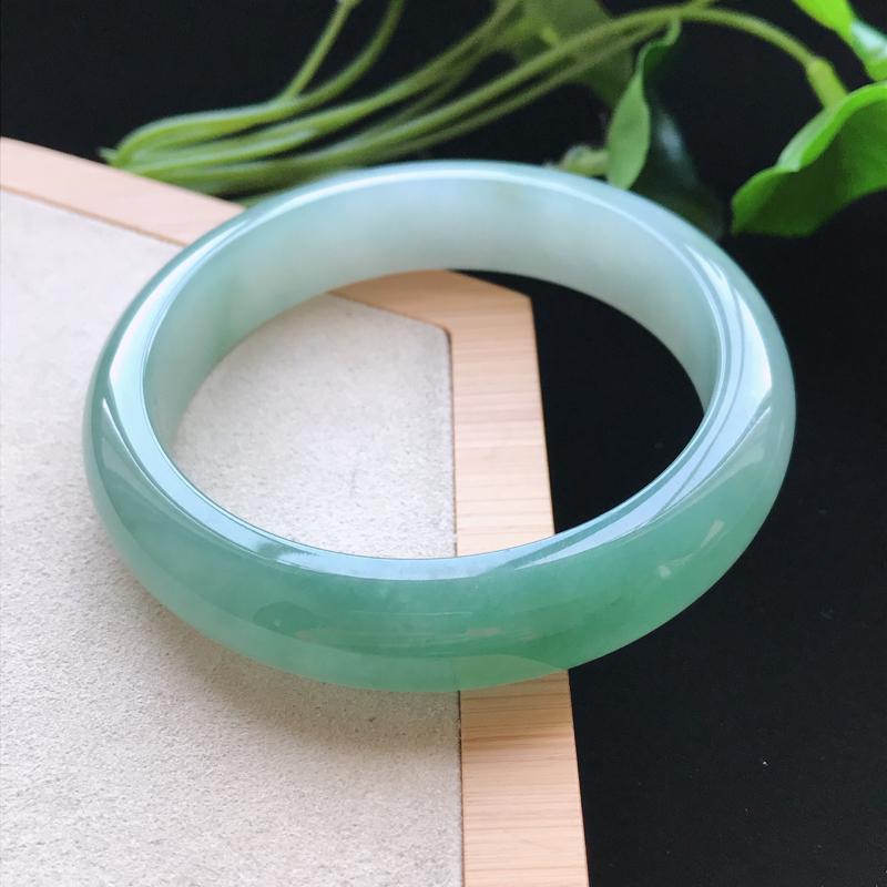 天然翡翠A货细糯种飘绿正圈手镯,尺寸56.4-13.1-8mm,玉质细腻,种水