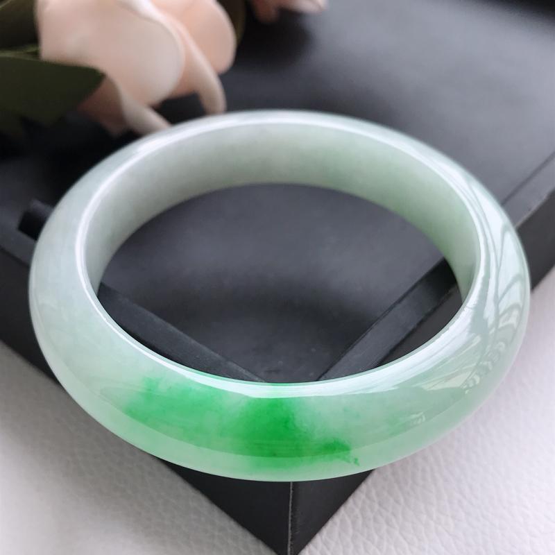 自然光拍摄 圈口57.8mm 糯种飘阳绿正圈手镯C196 玉质细腻水润,条形大方,高贵优雅,端庄大气