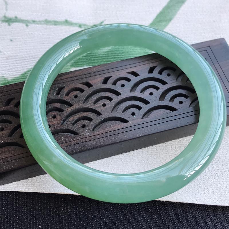 圈口53mm天然翡翠A货老坑糯化种满色圆条手镯,圈口:53×8.3×8.9mm,料子细腻,水头好,版