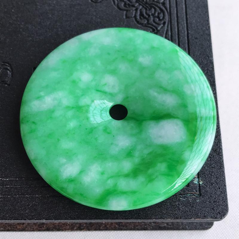 天然翡翠A货糯种飘绿平安扣吊坠,尺寸:48.9×6.7mm,水润通透,形体饱满,雕工精美,