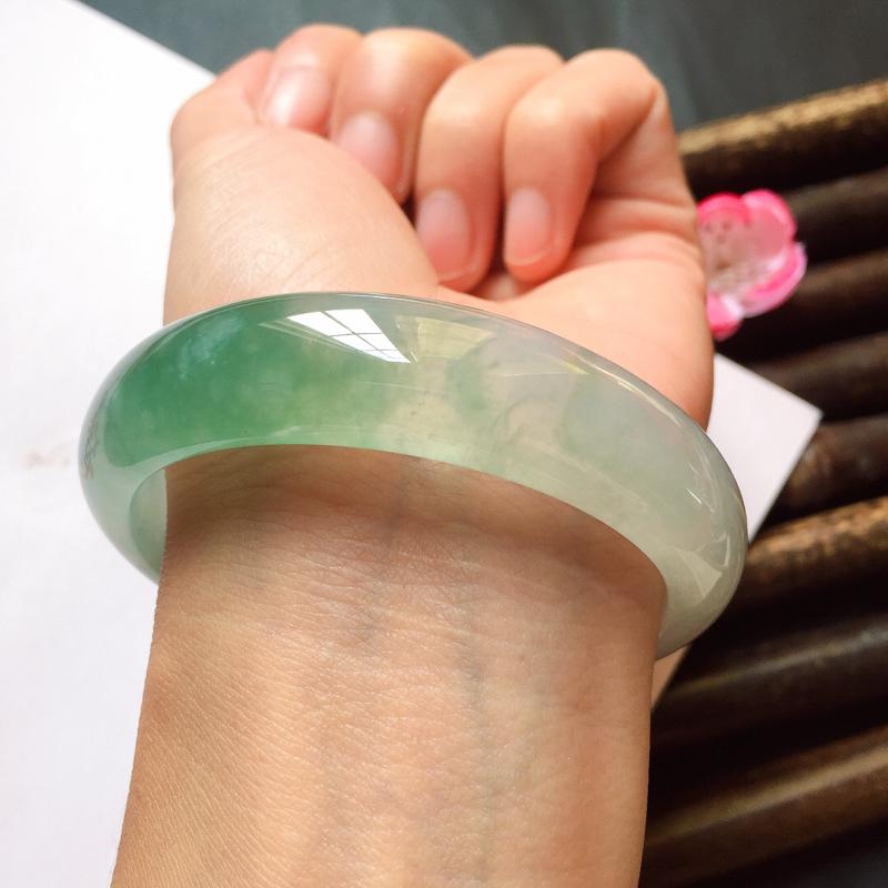 正贵妃56.4mm,冰糯种晴绿贵妃手镯,短径51mm,相当于正圈54.4mm,冰润起胶质地,晴浓郁晴