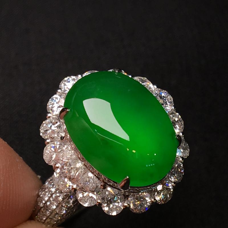 天然翡翠A货,冰种帝王绿戒指,料子细腻,色泽鲜艳,冰透水润,饱满大气,质量货,18K金伴钻镶嵌,性价