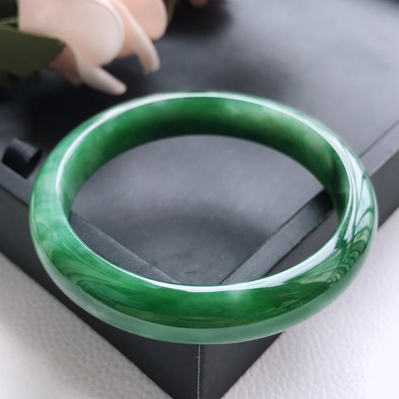 自然光拍摄 圈口55.3mm 细糯种满绿正圈手镯C148 玉质细腻水润,条形大方,高贵优雅,端庄大气