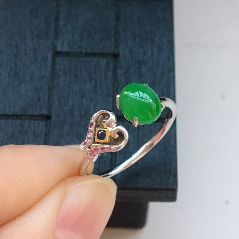 自然光实拍,缅甸a货翡翠,满绿蛋面18k戒指,种好细腻,颜色漂亮,款式个性,佩戴佳品