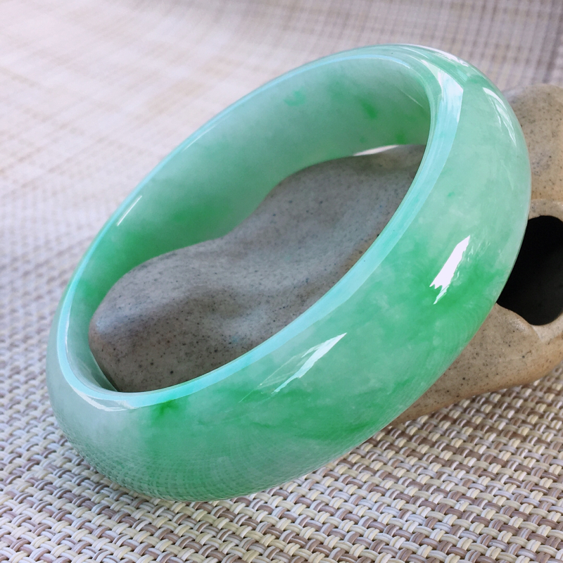 正圈60-61,天然A货翡翠-老坑莹润,精美飘绿,质地细腻,正装宽边玉手镯 完美无纹裂,尺寸圈口60