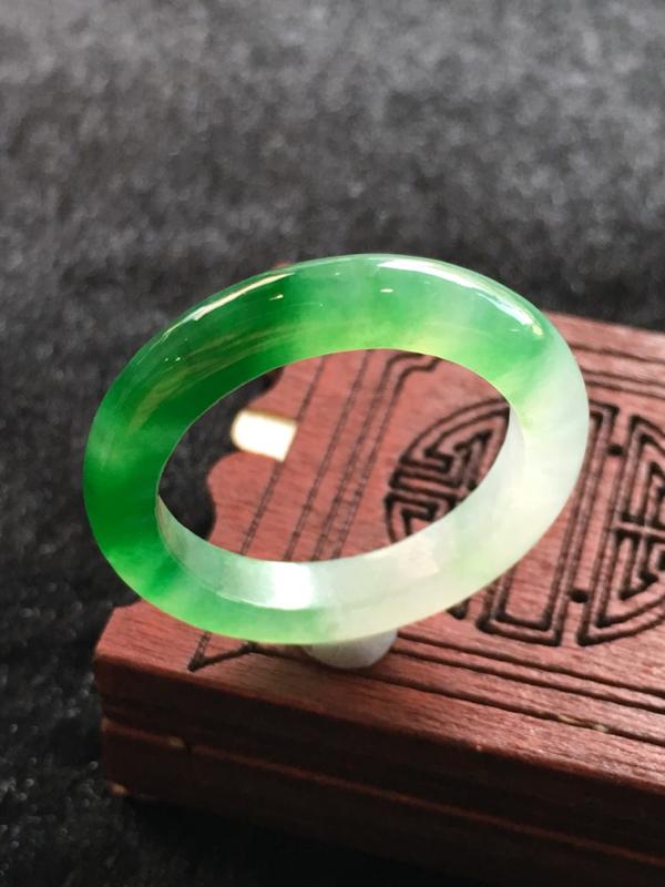 自然光实拍 飘阳绿指环,完美,种水一流,性价比高。尺寸:26.5*3.9