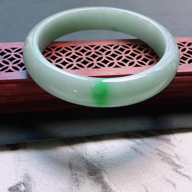 缅甸翡翠57圈口带绿正圈手镯,自然光实拍,颜色漂亮,玉质莹润,佩戴佳品,尺寸:57.6*12.5*7