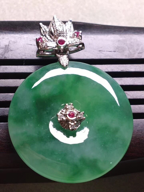 飘绿冰糯种平安扣吊坠,真金真钻镶嵌,完美,种水好,玉质细腻 .整体尺:28.8*20.8*3.9##