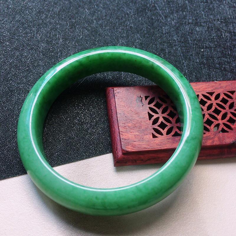 缅甸翡翠56圈口满绿正圈手镯,自然光实拍,颜色漂亮,玉质莹润,佩戴佳品,尺寸:56.8*13.1*8