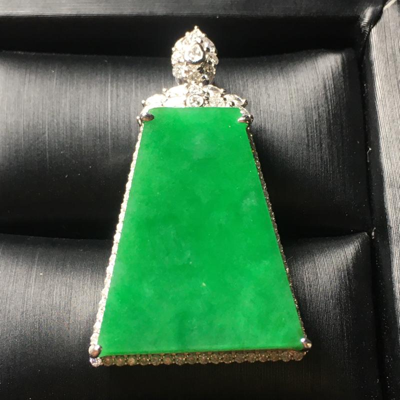 阳绿无事牌翡翠吊坠,种好色阳,料子细腻,饱满圆润,性价比高,裸石尺寸:27*22.3*3.3整体尺寸