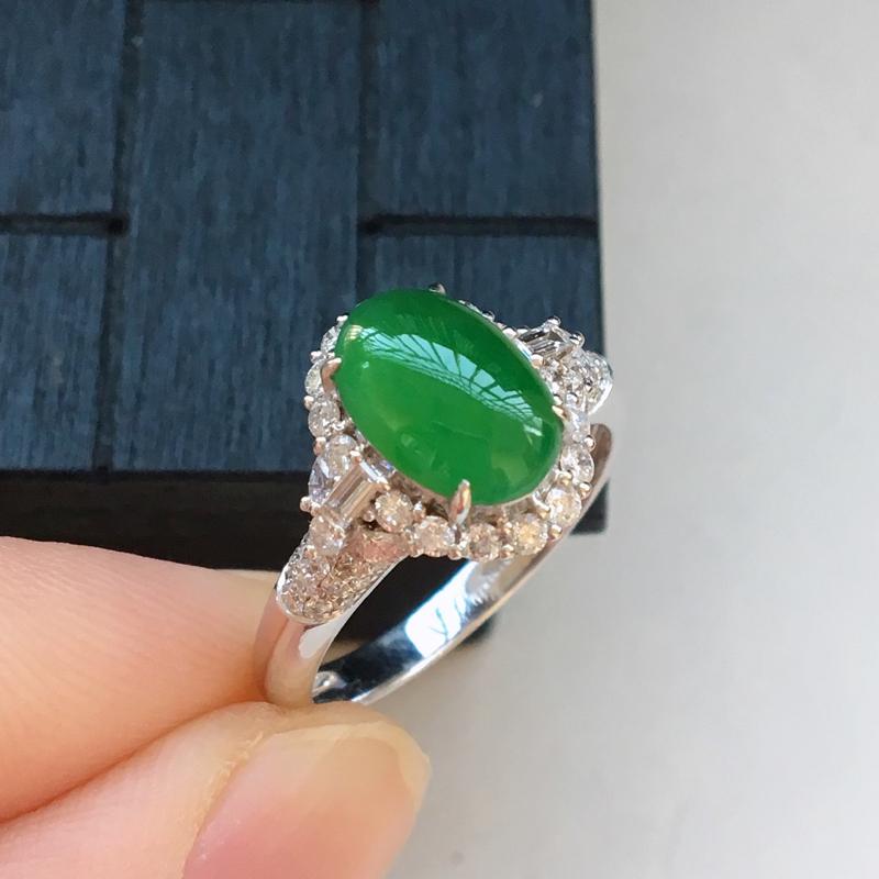 自然光实拍,缅甸a货翡翠,满绿蛋面18k伴钻戒指,种好水润,颜色漂亮,玉质细腻,镶嵌豪华,高档大气