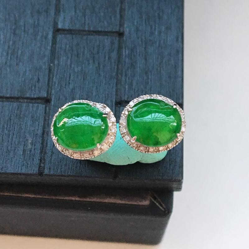 自然光实拍,缅甸a货翡翠,满绿天鹅18k伴钻耳钉,种水好,玉质细腻,颜色漂亮,佩戴佳品