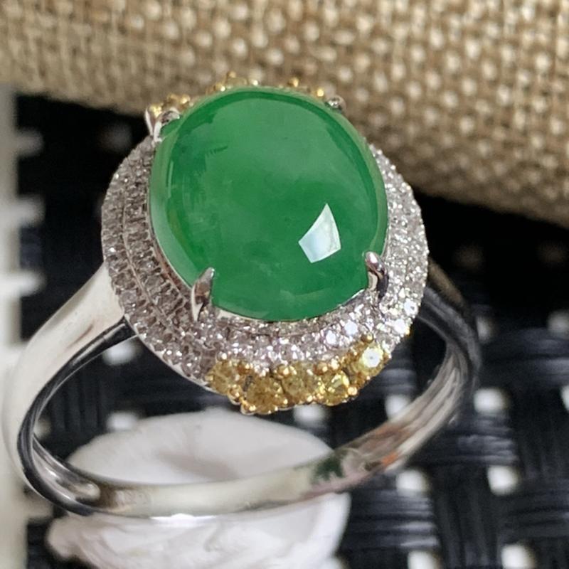 缅甸a货翡翠,18k金伴钻阳绿戒指,玉质细腻,颜色艳丽,有种有色,佩戴效果更佳,整体14.8_12_