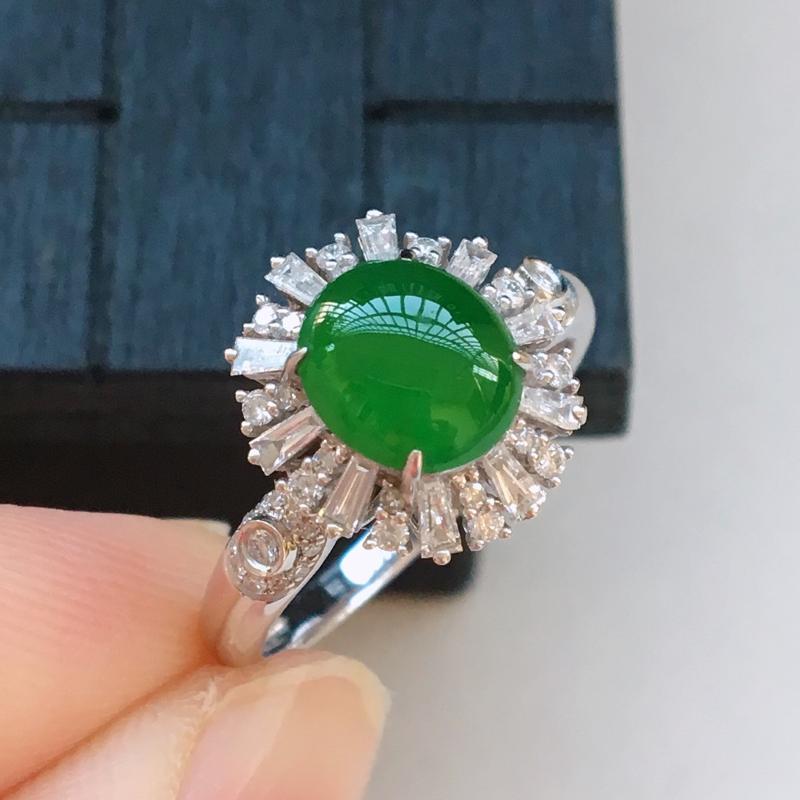 自然光实拍,缅甸a货翡翠,满绿蛋面18k伴钻戒指,种水好,玉质细腻,颜色漂亮,镶嵌豪华,佩戴佳品