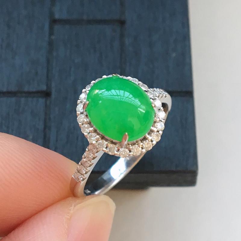 自然光实拍,缅甸a货翡翠,阳绿蛋面18k伴钻戒指,种好细腻,颜色漂亮,水润饱满,款式高档